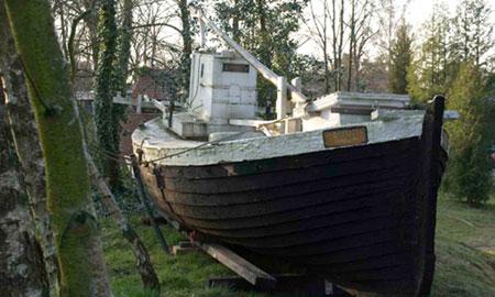 : Neben dem Philine-Vogeler-Haus hat das Boot von Johannes Schenk, das Auslöser und Begleiter vieler Fantasieereisen des Schriftsteller war, seinen letzten Platz gefunden.