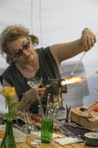 Irena Maria Borgardt bei der Vorführung ihrer Glasgestaltung