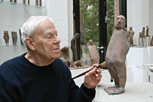Waldemar Otto beim Patinieren einer Figur aus dem Montalteser Zyklus, August 2016-