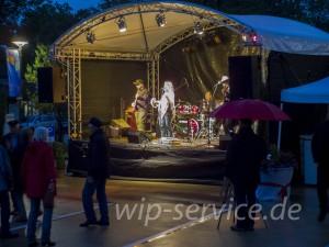 Die Kranich Band konnte nur in den seltenen Regenpausen Tanzbegeisterte auf die Tanzfläche locken.