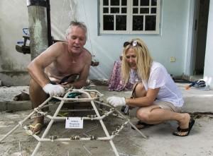 """Regina und Dietmar Blome beim Bestücken des Korallenrahmens """"Worpswede"""""""