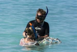 Der fertige bestückte Korallenrahmen wird zum Drop-off, der Riffkante, gebracht und dort versenkt.