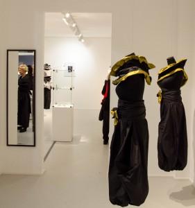 Sabine Wagner (im Spiegel) mit einigen ihrer Designkleider