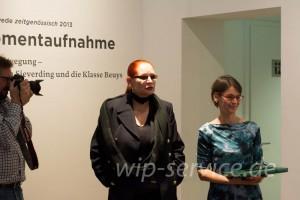 Katharina Sieverding mit Anne Rodler, der Kuratorin der Ausstellung