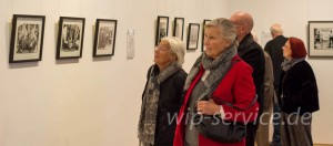 Interessierte Eröffnungsgäste vor den Fotos von Ute Klophaus, Hildegard Weber und Katharina Sieverding